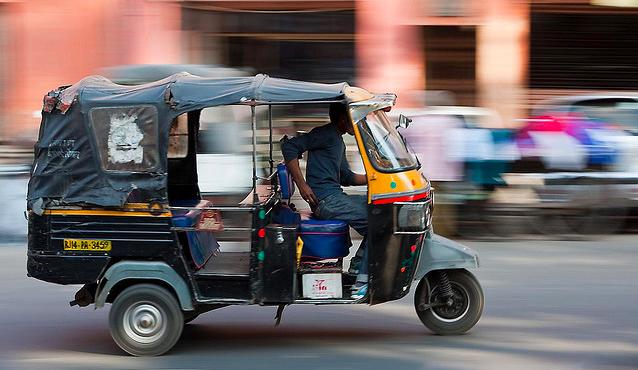 インドの乗合オートリキシャ